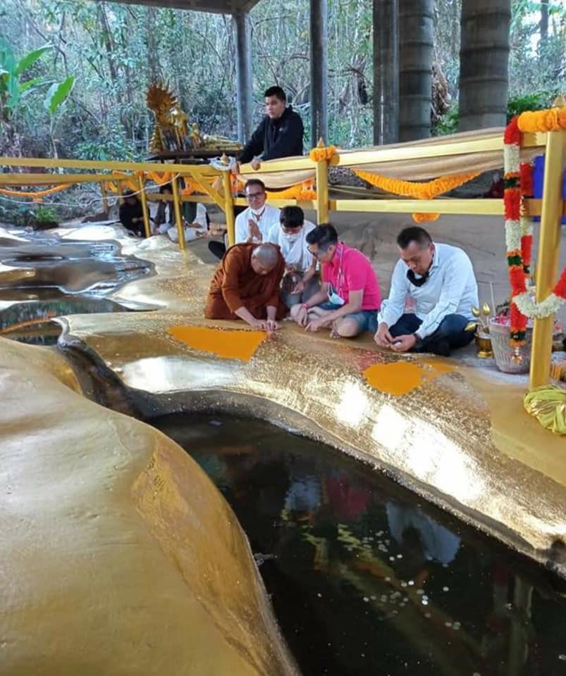 ประชาชนกราบสักการะขอพรและปิดทอง