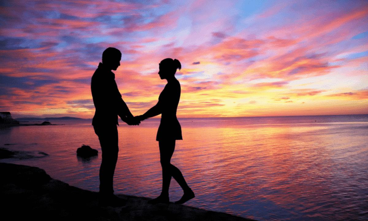คู่รักจับมือกันกลางทะเล