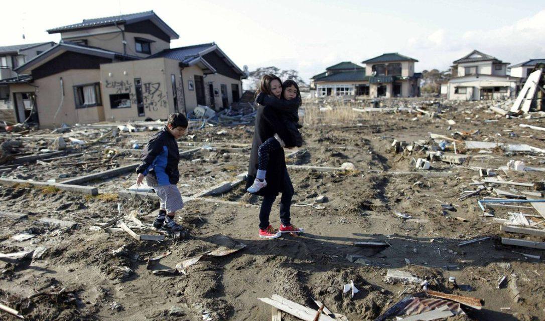 ภาพครอบครัวเดินอยู่บนพื้นที่เกิดแผ่นดินไหว