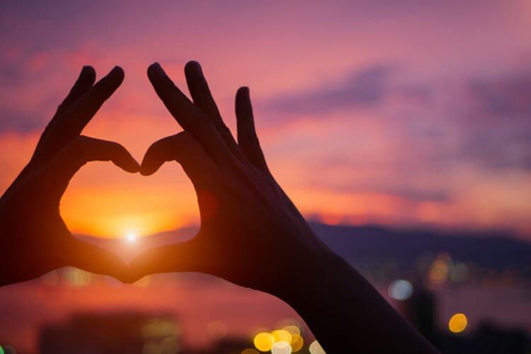 ทำมือรูปหัวใจ
