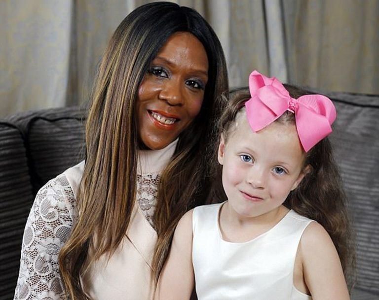 ผู้หญิงผิวสีกับเด็กผิวขาว
