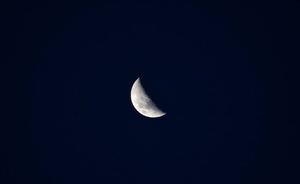 พระจันทร์ครึ่งดวง
