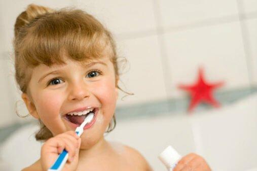 เด็กกำลังแปรงฟัน