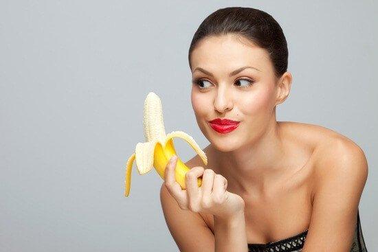 ผู้หญิงถือกล้วย