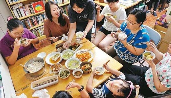 ญาติ ๆ มากินข้าวที่บ้าน