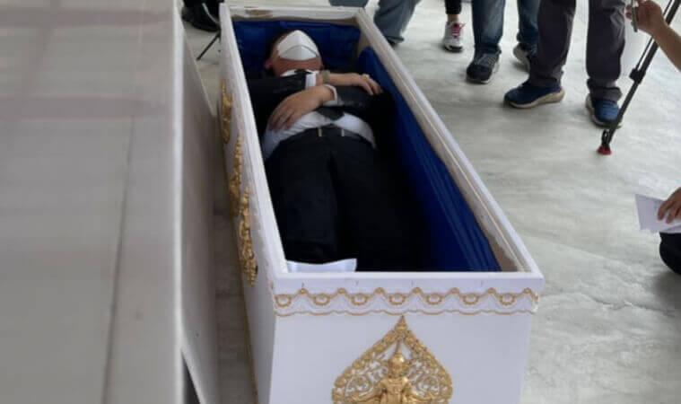 สส.นอนโลงศพ