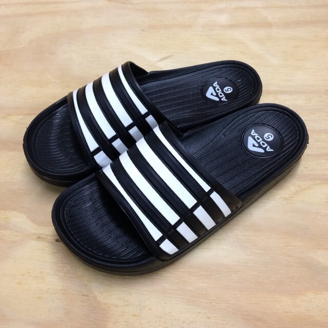 รองเท้าแตะสีดำ