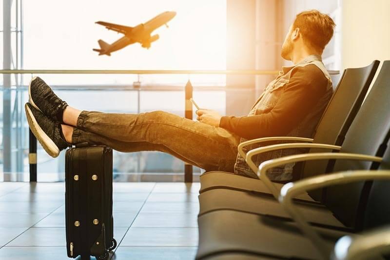 นั่งรอขึ้นเครื่องบิน